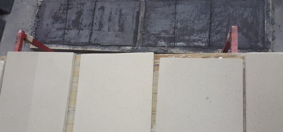 Am Boden sind frisch gegossene Anhydrit Musterplatten 1.5% schwarz. Oben sind es 2% weiss eingefärbte Decorbelag Musterplatten die schon grob geschliffen wurden.