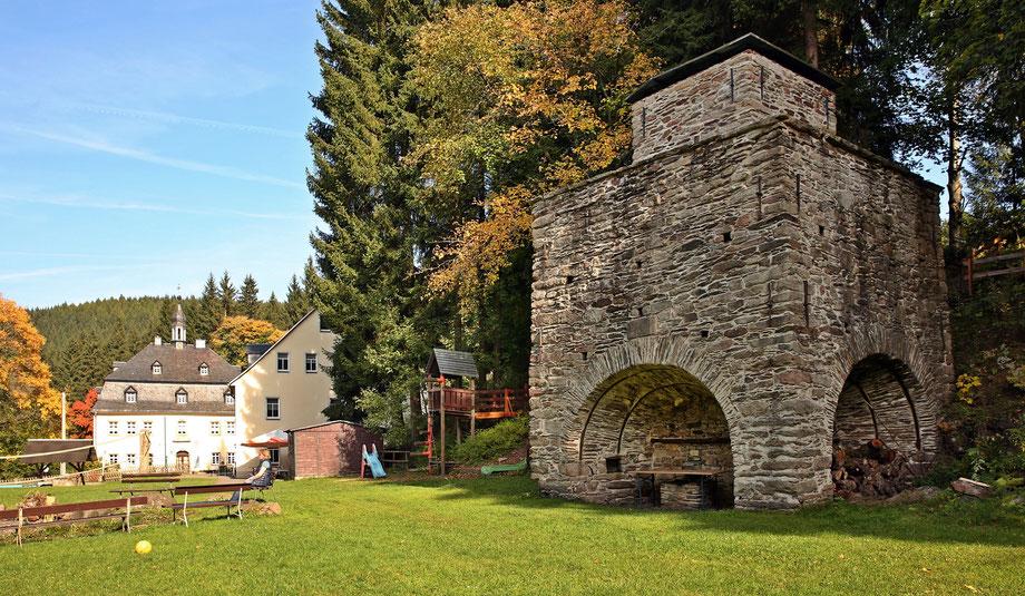 Blick auf den historischen Hochofen und das Hammerherrenhaus