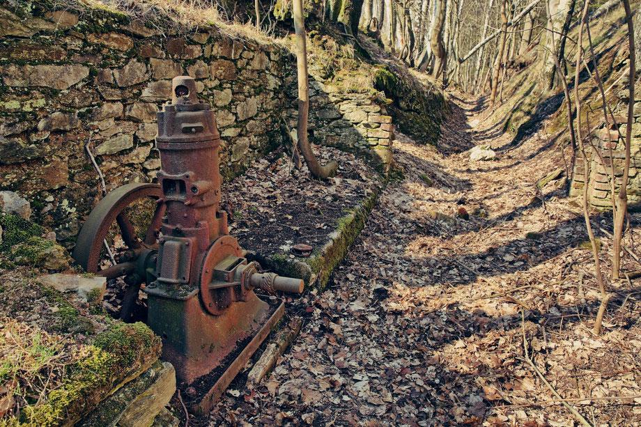 Einschnitt der alten Förderbahntrasse mit altem Einzylinder-Diesel-Motor