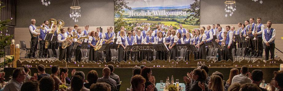 """Der Musikverein Laimnau bei seinem alljährlichen Highlight am 1. Weihnachtsfeiertag, dem """"Weihnachtskonzert"""" in der Argentalhalle (Bild: 2019)"""