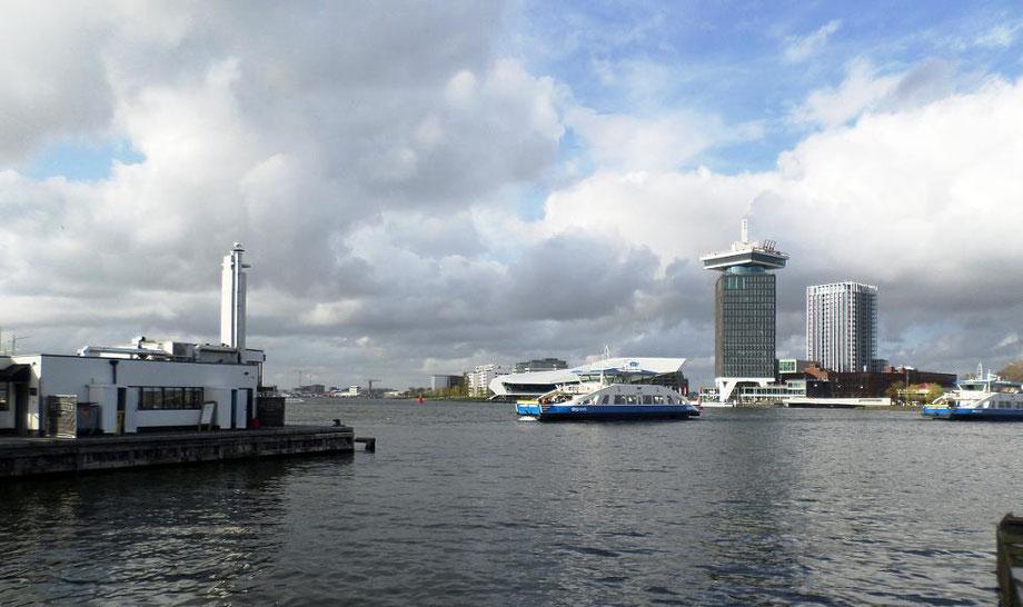 Le Buiksloterweg ferry avec au fond l'Eye et la tour du A'DAM lookout