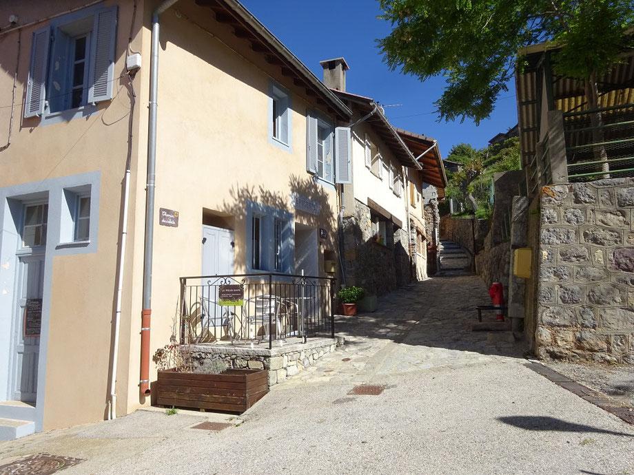 Début de la randonnée en remontant le chemin du Calata dans le village de Rimplas