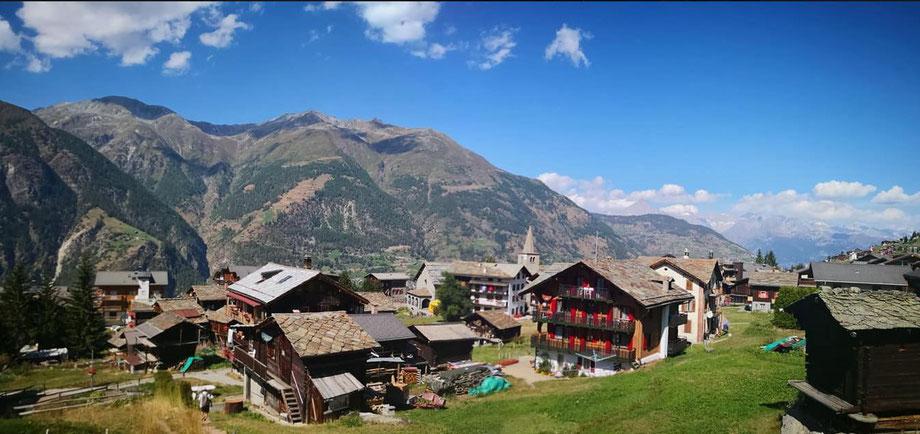 Der Bergort Grächen mit Sicht auf die Bergen und die Chalets bei Wanderferien im Wallis