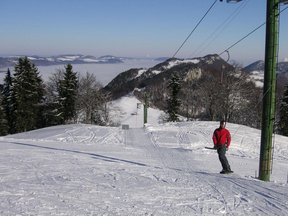 Skifahren beim Lift auf dem Balmberg und Wandern im Schnee im Jura