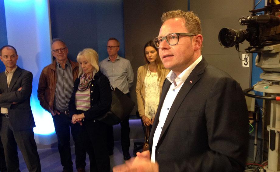 Markus Klement, Landesdirektor des ORF Vorarlberg (im Vordergrund), begrüßt die Mitglieder von Netzwerk K im Fersehstudio des Funkhauses Dornbirn