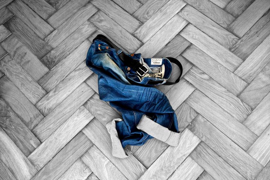 Foto: Blue Jeans auf Parkettboden