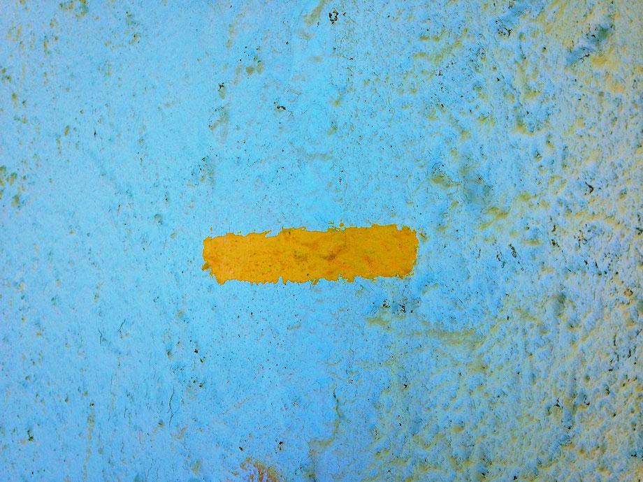 Foto: Ein gelber Strich auf blauem Grund.