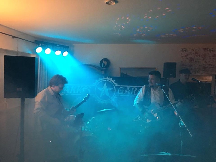 Feinster Deutschrock im Wohnzimmer - Akkis Garage spielt einen heimeligen Auftritt