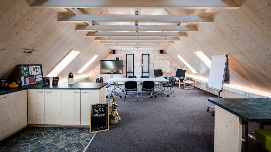 Wir heißen Sie herzlich Willkommen in unserem Seminarraum Merkendorf im schönen Mittelfranken. Unsere Räumlichkeiten die Sie gerne für Seminare, Tagungen, Workshops, Meetings, Präsentationen oder Vorträge mieten können.