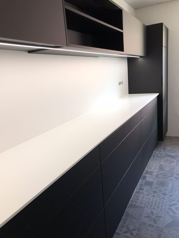 Einbauküche matt schwarz, Ausführung ohne sichtbare Griffe, schlichtes Design