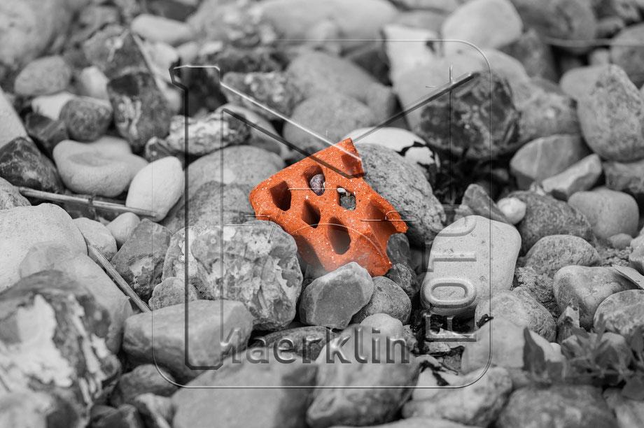 Ziegelstein am Strand, Schwarzweißaufnahme koloriert