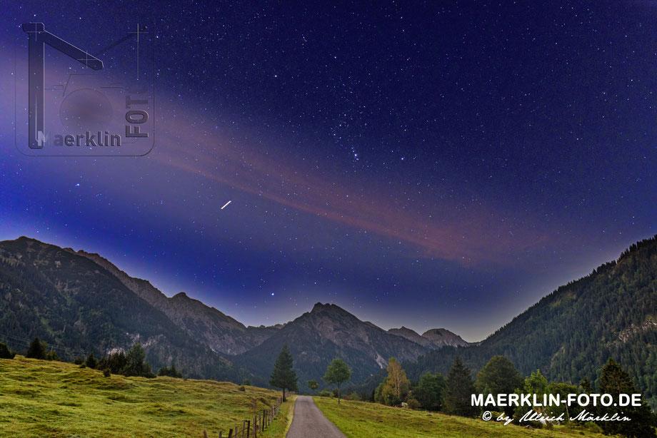 Sternenhimmel kurz vor Sonnenaufgang in Hinterstein, die Nacht geht und ein neuer Tag kommt