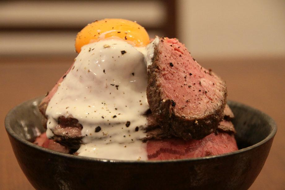 16時間ローストビーフが丼になった。特製和風ダレと肉の旨味を引き出す特製ヨーグルトソースが卵黄と絡む。