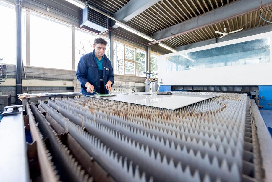 Mann bereit zum Lasserschneiden von Blech zuschnitten in der Ostschweiz.