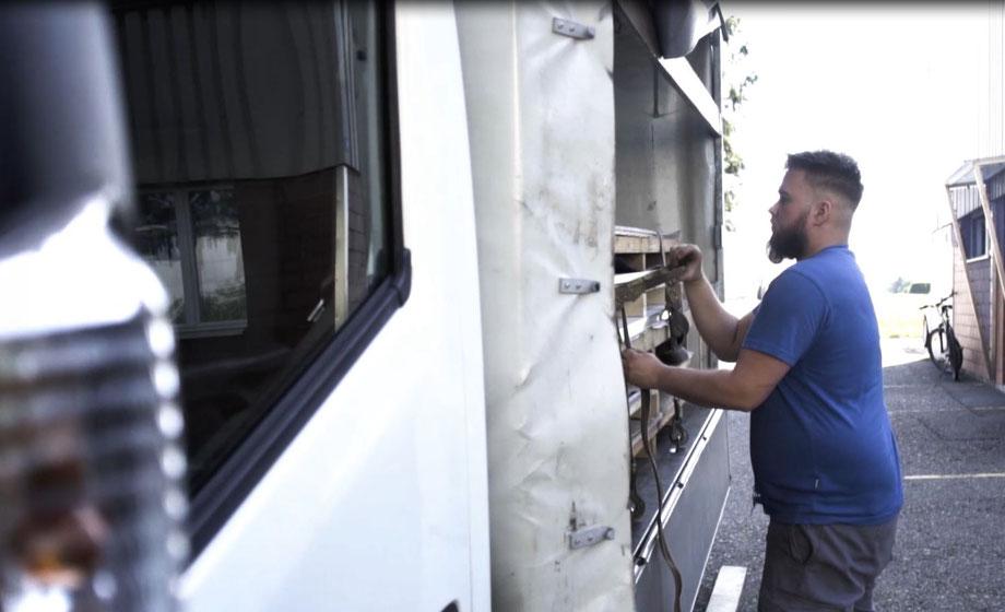 Blechbearbeitungsmitarbeiter befestigt Paletten vor der Lieferung