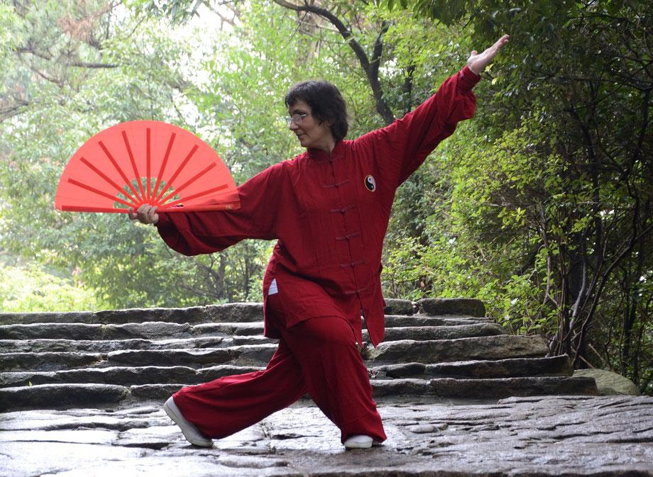 Anna Muck macht Fächer Tai Ji im Wald