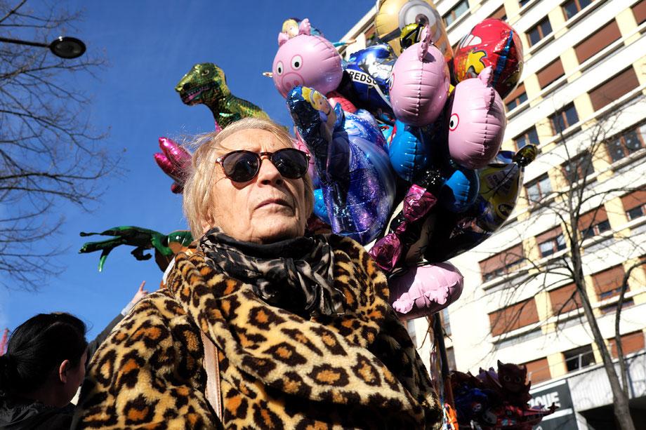 Mathieu Guillochon, photographe, Paris, parade, nouvel an chinois, manteau léopard, vieille dame, lunettes noires, ballons de baudruche, cochon, 13e arrondissement.