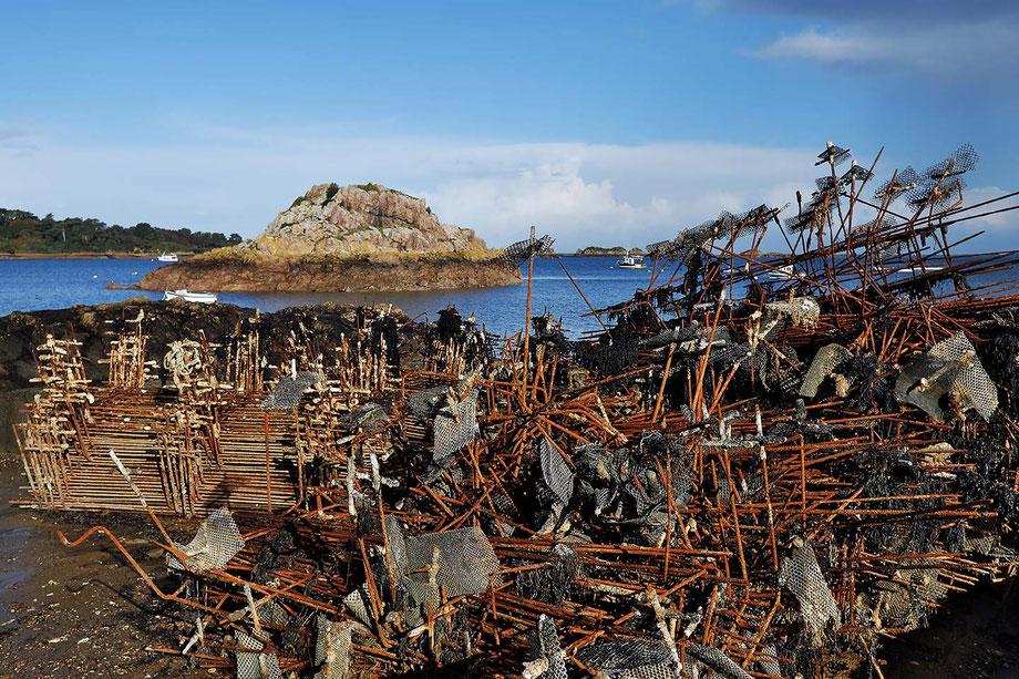 Mathieu Guillochon, photographe, rivages, couleurs, mer, côtes d'armor, bretagne, Loguivy-de-la-Mer ostréiculture, rouge, rouille, bleu, port de pêche, nuages