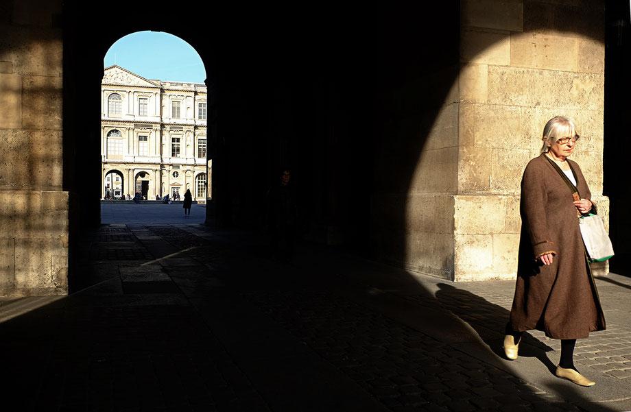 Mathieu Guillochon, photographe, Paris, Louvre, ombres, chic parisien, ocres, hiver, cour carrée, guichets du louvre, arcade