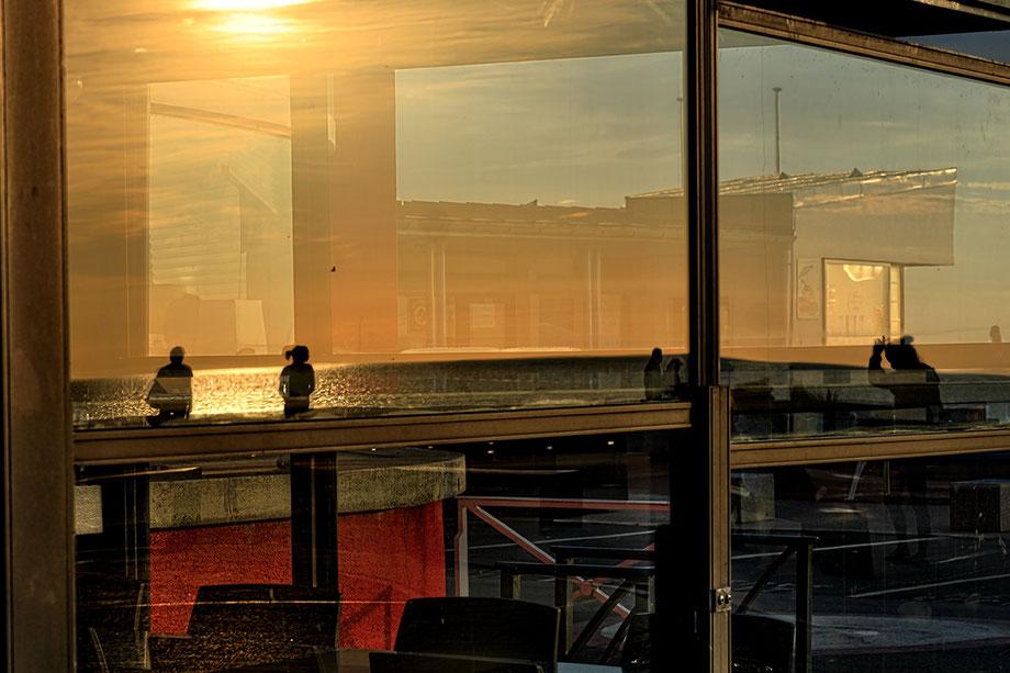 Mathieu Guillochon, photographe, rivages, couleurs, mer, Manche, Somme, Fort Mahon, crépuscule, reflet, silhouettes, orange, rouge, noir, restaurant, découpes, Inside Outside