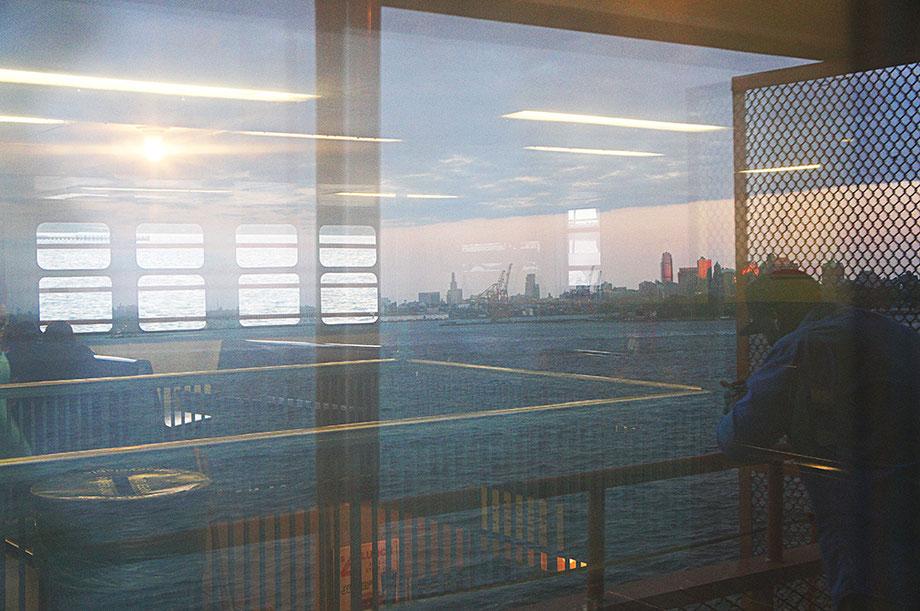 Mathieu Guillochon, photographe, New York, Manhattan, Staten Island, baie de New York, reflets, crépuscule, bleu, personnages, couleurs, voyage, Amérique, USA