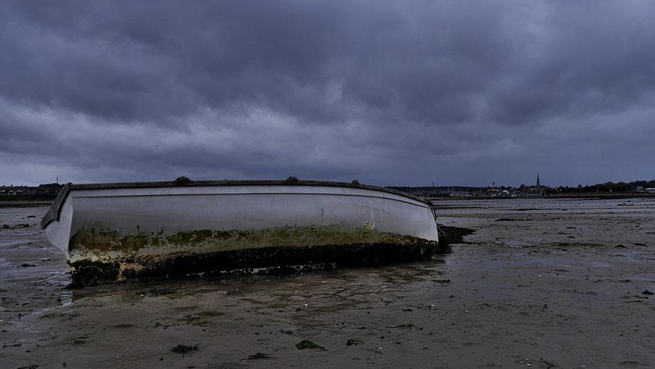 Mathieu Guillochon, photographe, couleurs, Paimpol, côtes d'Armor, rivages, estran, marée basse, barque, vase, rochers, algues, goémons, temps gris, Bretagne, port ostréicole.