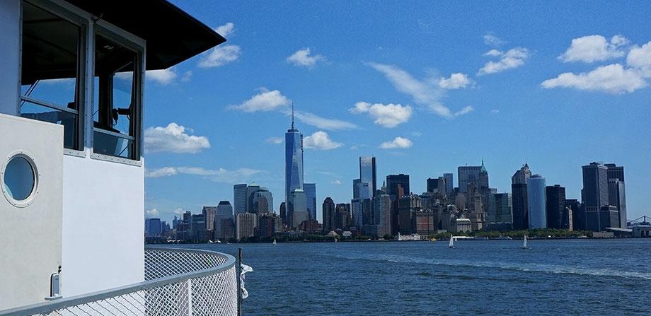 Photographie, New York, bateau de Liberty Island, Manhattan, reflets, street photography, couleurs, skyline, Mathieu Guillochon, architecture, art, USA, bleu, Alpha City