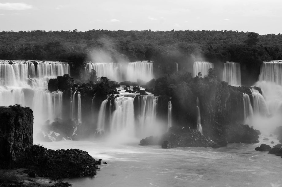 Black and white picture of the Iguazú waterfalls from the brasilian side.