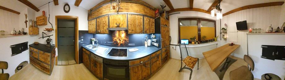 Die Telchinen-Schmiede hat sich beim Küchenumbau wieder mal ausgetobt und viele Schmiedeteile und Schmiedefiguren in der Küche eingebaut.