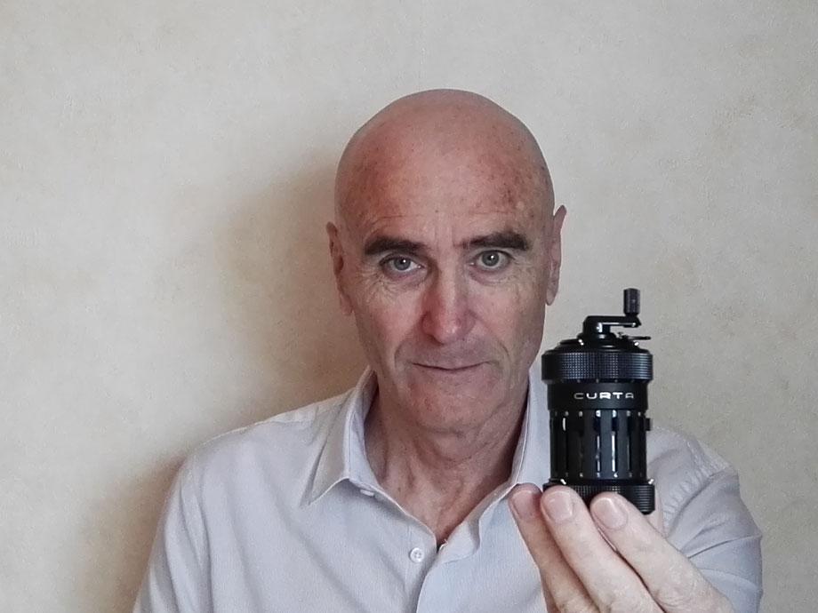 Photo du concepteur du site tenant en main une Curta