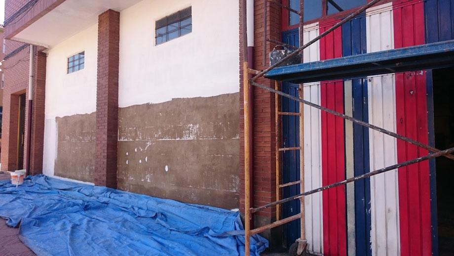 Una vez limpia y sin restos de pinturas viejas, emplastecemos y sellamos la superficie. Lijamos puerta metálica y reparamos.