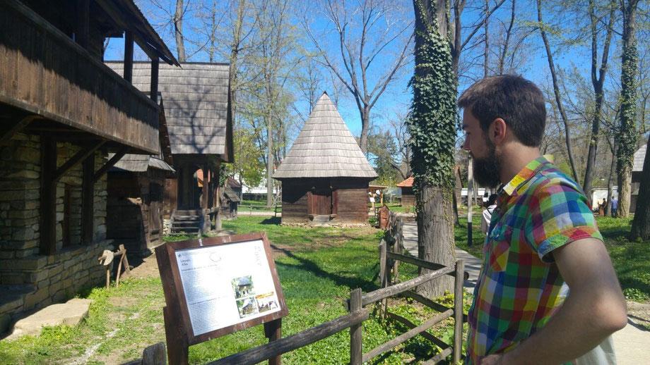 Mit Andra in einem Freilichtmuseum, in dem man sich Häuser anschauen kann, wie sie früher in Rumänien gebaut wurden und auch heute noch in ländlichen Gebieten zu finden sind. Sehr gemütlich, pragmatisch und vermutlich wider alle EU-Vorschriften.