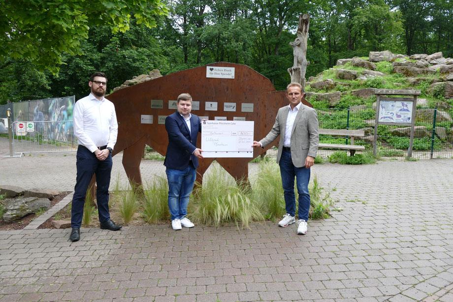 Hannes Schmidt und Christopher Schüle (beide SWP) hier gemeinsam mit Christoph Meißner vom Förderverein Wildpark Pforzheim e.V.