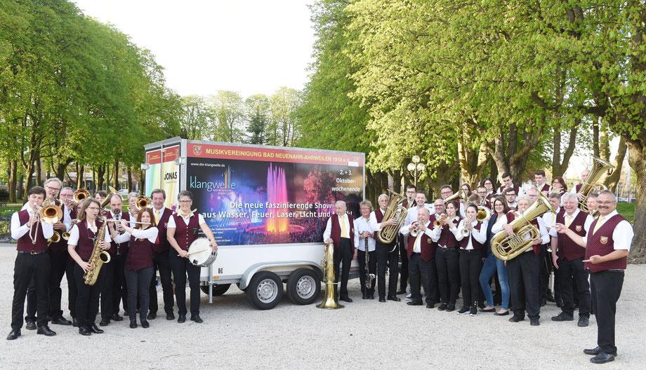 Die Musikvereinigung bedankte sich bei Geschäftsführer Christian Senk und Barbara Knieps von der Heilbad Gesellschaft für die Unterstützung beim Ankauf des Anhängers (Foto: Martin Gausmann/Heilbad GmbH)