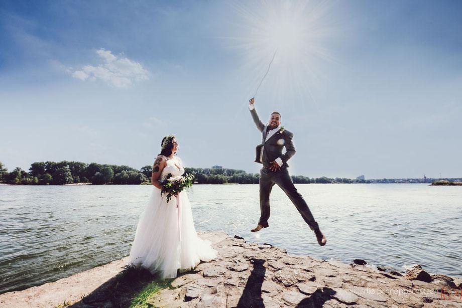 Brautpaar mit See im Untergrund - Ein Sprung ins Glück - Sonnenschein pur