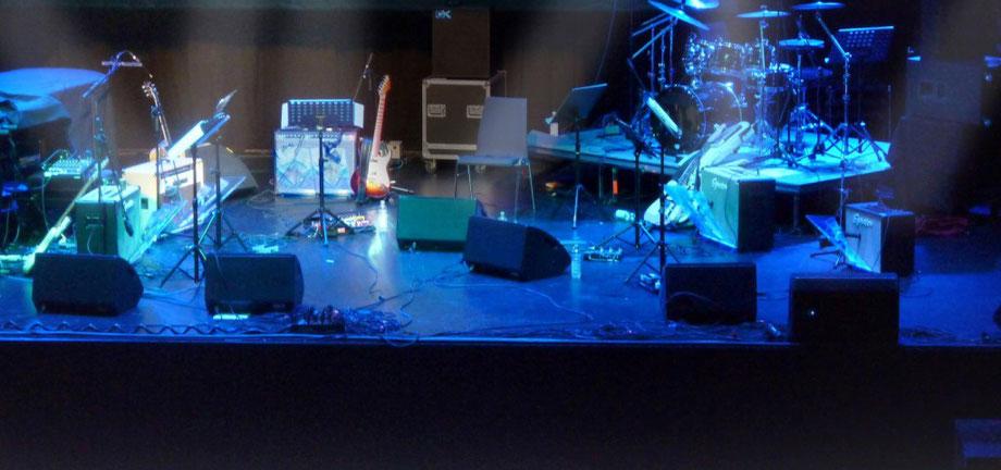 Backline bestehend aus 4 Stück 2×12 Gitarrenverstärker und 1 Stück 1×12 Combo und 9 Stück Deeflexx