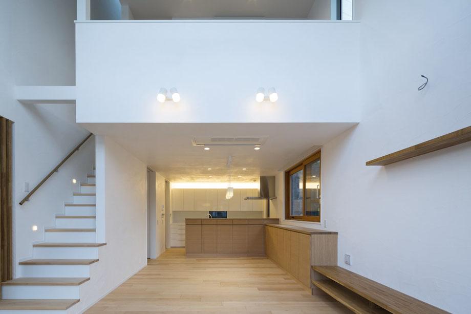 建物の断熱性能を高め、階段はリビングから2階も一体の空間にすることで、高齢になって住まいの中でのヒートショックが起きないようにしています。ダイニング・リビング