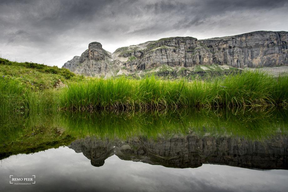 Beim Abstieg und auf dem Rückweg zum Klausenpass: Das Märcher Stöckli spiegelt sich in einer Wasserlache