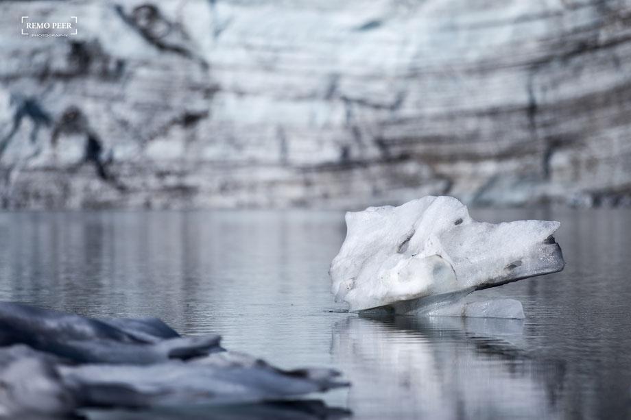 Eisbrocken im Gletschersee