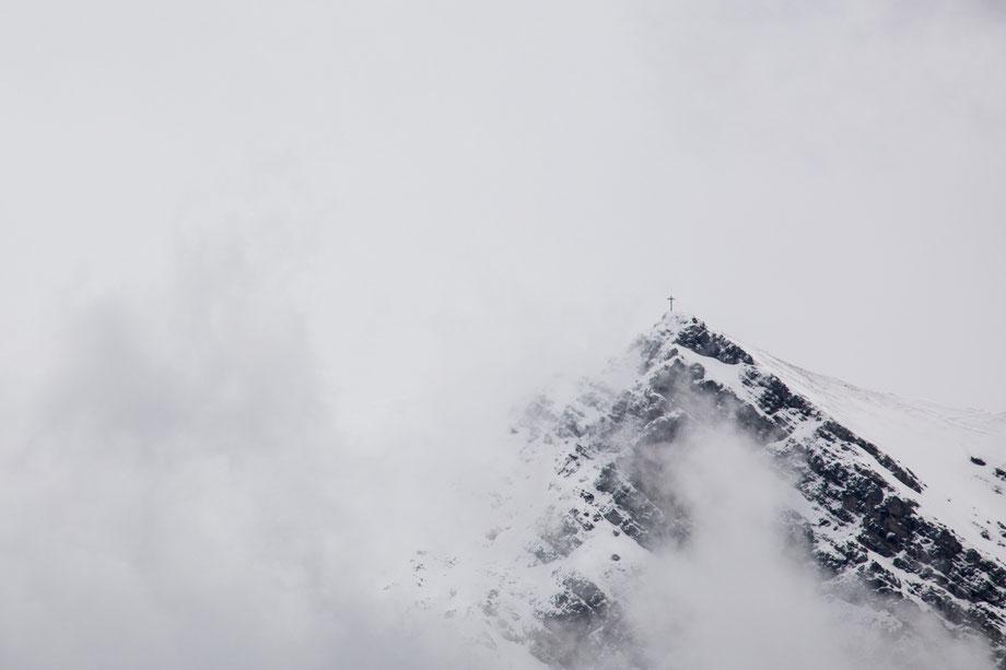 Letzte Aussicht auf den Gipfel, bevor es zu schneien beginnt