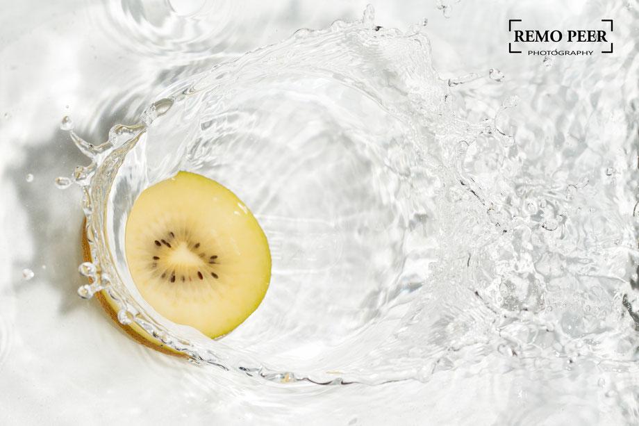 Kiwi in Wasser eintauchen und fotografieren