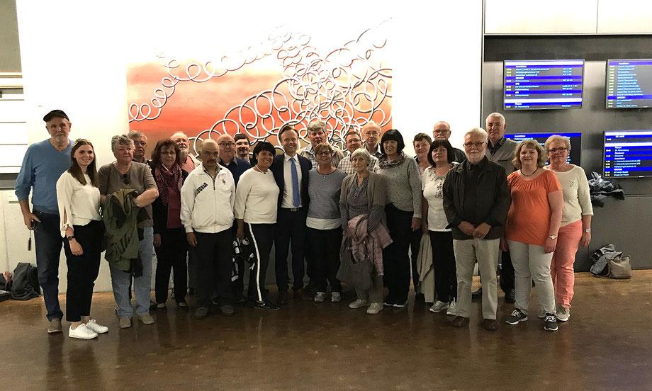 Mitglieder und Unterstützer der CDU Worms-Heppenheim besuchen Jan Metzler (Mitte / 11.v.li.) in Berlin. Mit dabei: die rheinhessische Weinkönigin Lea Kopp (2.v.li.).
