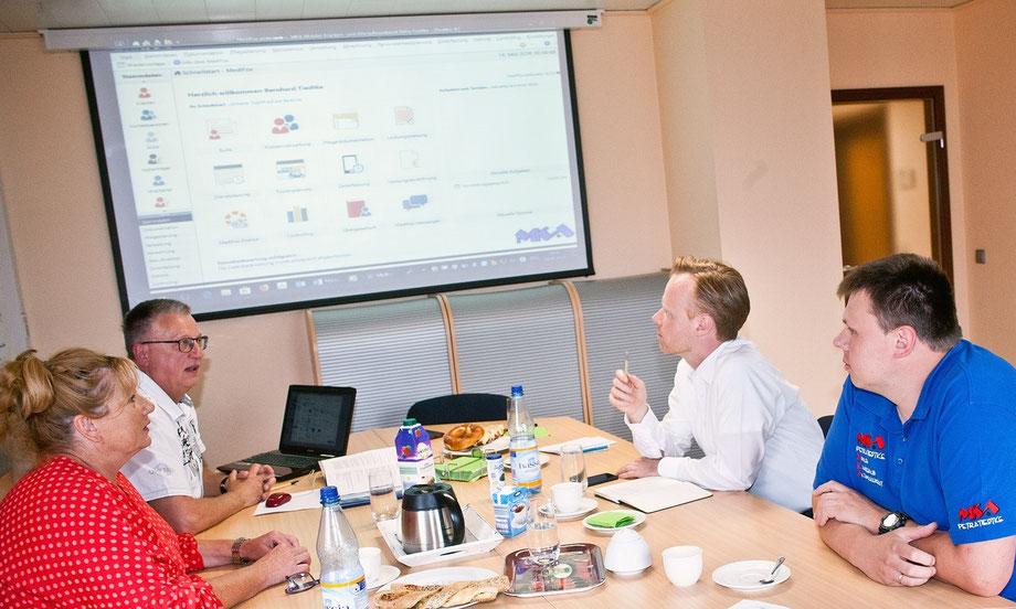 Der Bundestagsabgeordnete Jan Metzler informiert sich bei Petra Tiedtke (Pflegedienstleitung), Bernhard Tiedtke (Verwaltung) und Markus Novotný (Verwaltung/Daten/Technik).