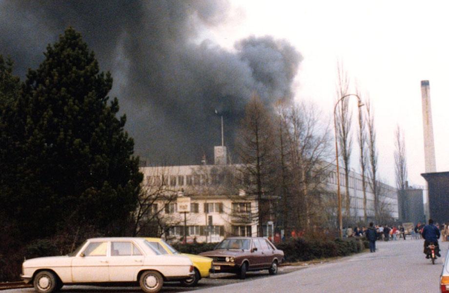 Schwarzer Rauch über dem Fabrikareal der Firma Stoffel AG. Viele Zuschauer versammelten sich rund um das Areal.