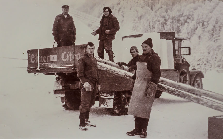 Verladen der Eisplatten (Sammlung Fritz Weber-Worni)