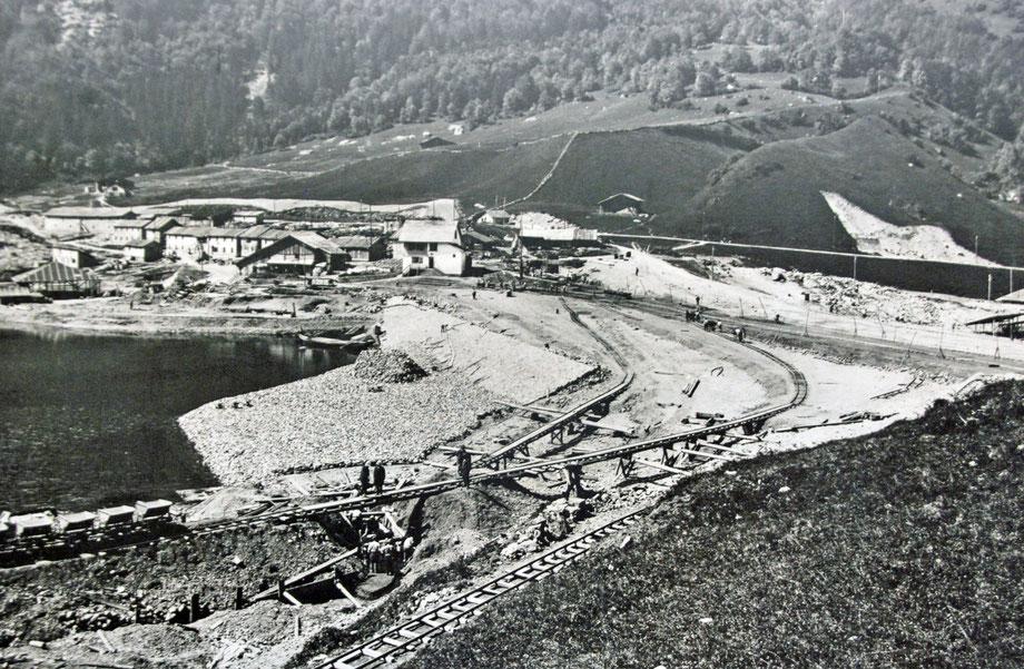 Bau des Staudammes auf der Seeseite