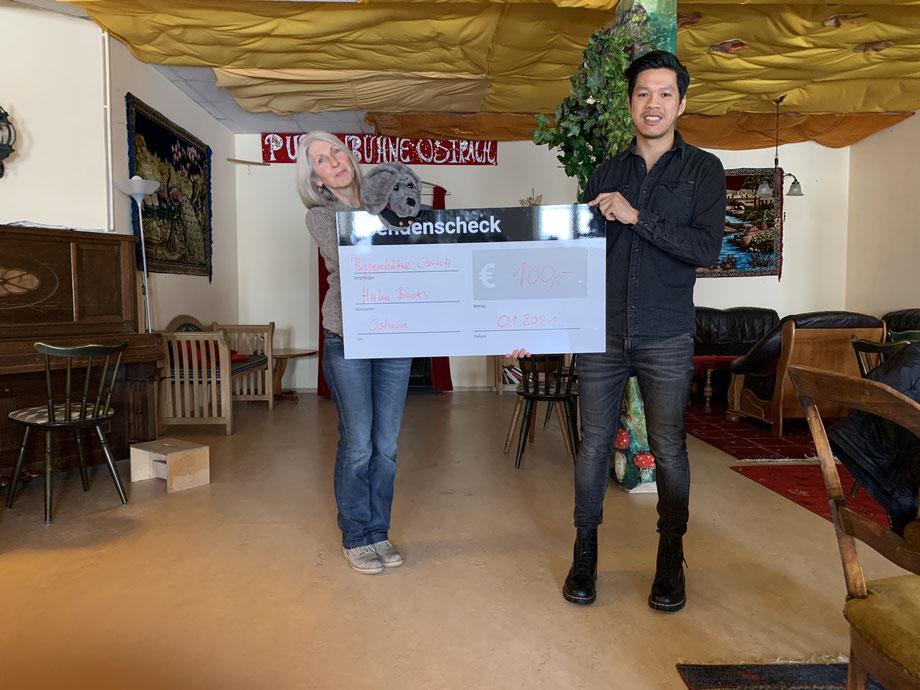 Hoan Luu bei der Übergabe des Spendenschecks an die Puppenbühne Ostrach