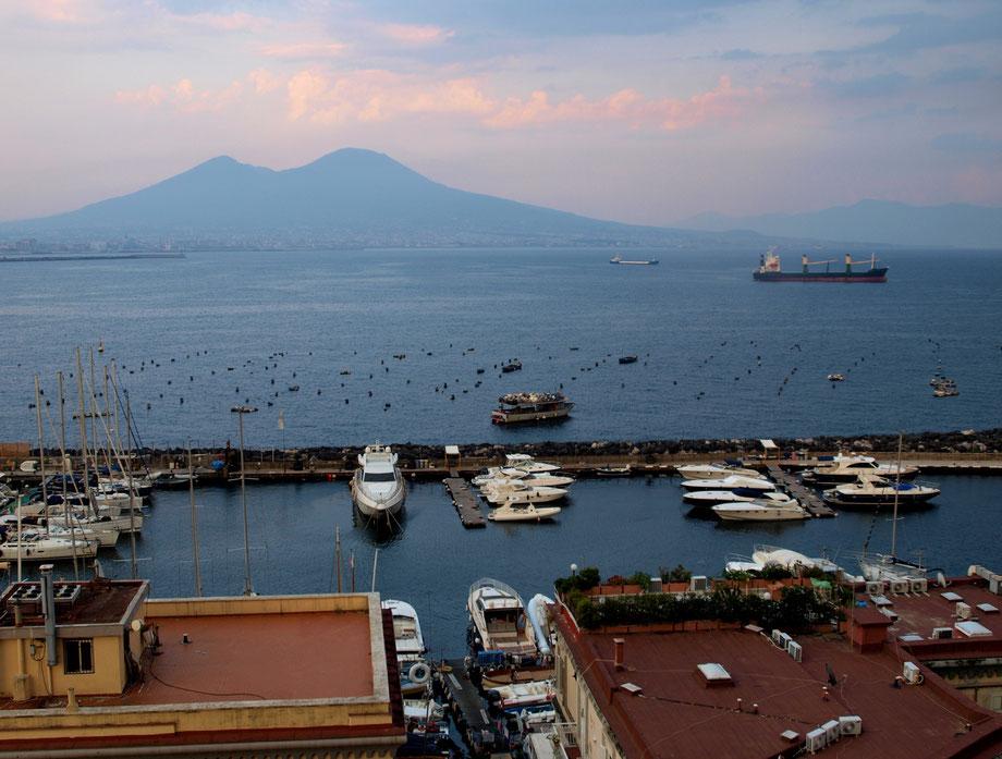 Napoli, il Vesuvio da Castel dell'Ovo