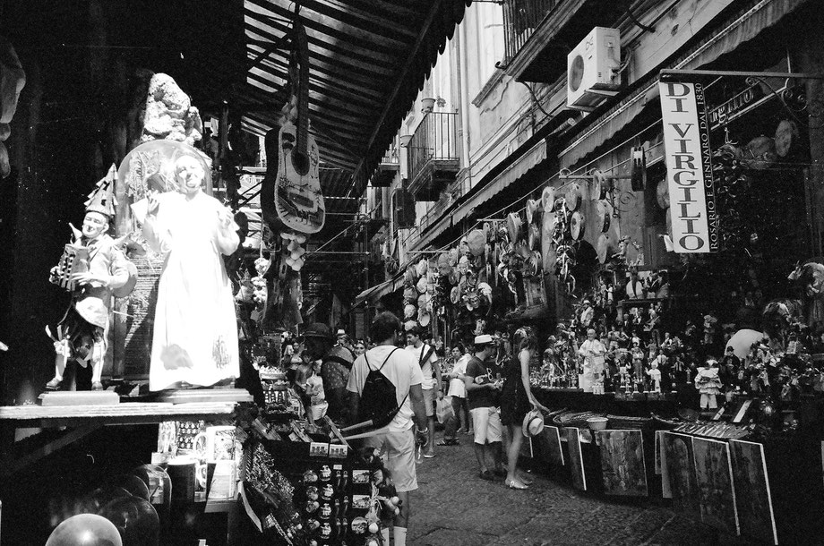 Napoli, Via San Gregorio Armeno (with Leica Mini and Kodak BW400CN)