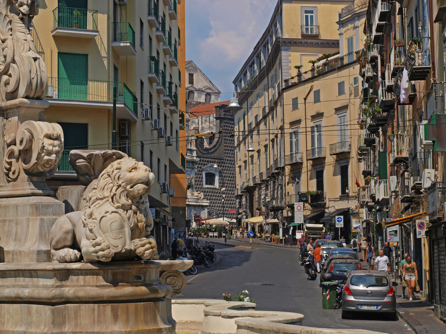 Napoli, verso la Chiesa del Gesù